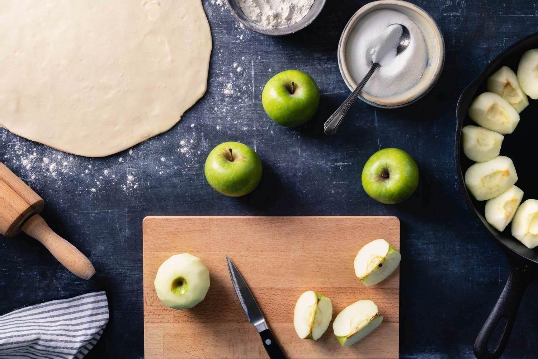 slicing apples for tarte tatin